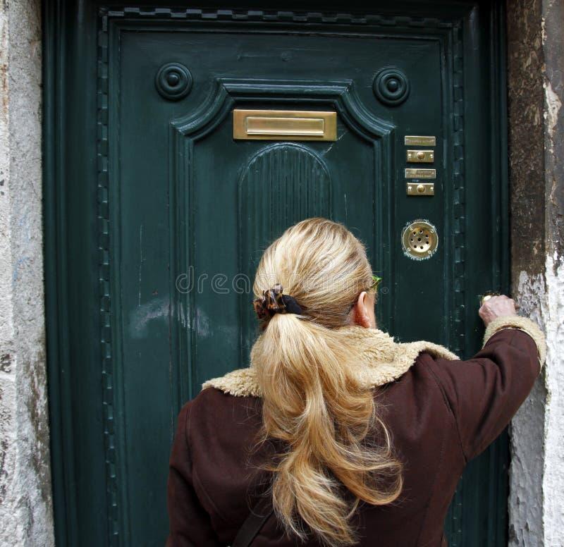 Женщина которая раскрывает ее домашнюю дверь Венеция, Италия - люди стоковая фотография rf