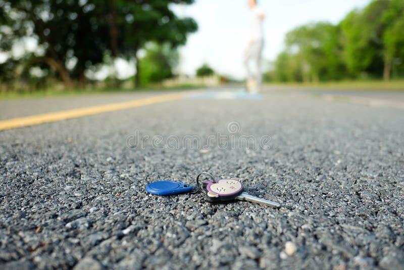 Женщина которая сделала ключ дома была упадена в парк стоковые фотографии rf