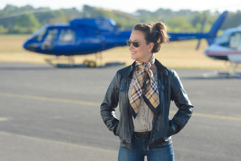 Женщина, который стоят на авиаполе стоковая фотография rf