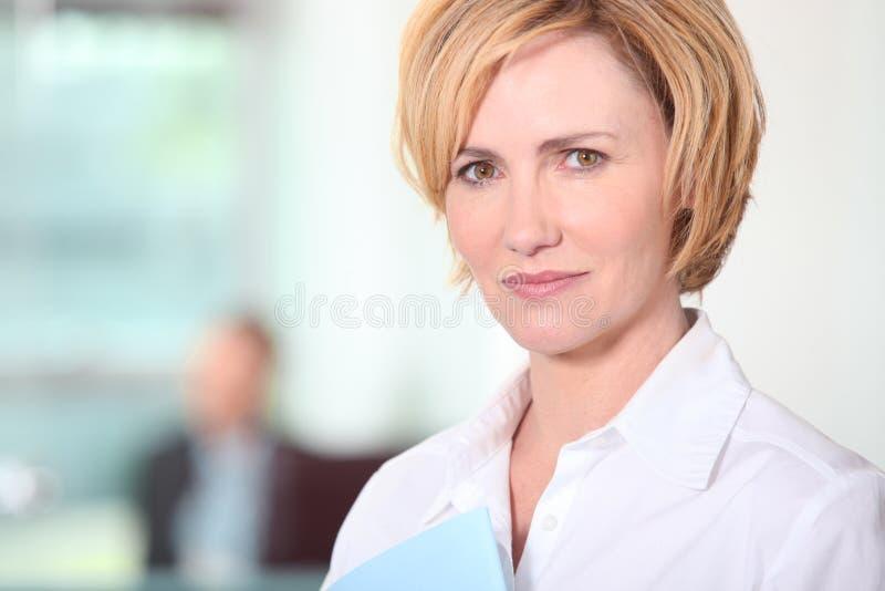 Женщина, котор стоят в офисе стоковые изображения