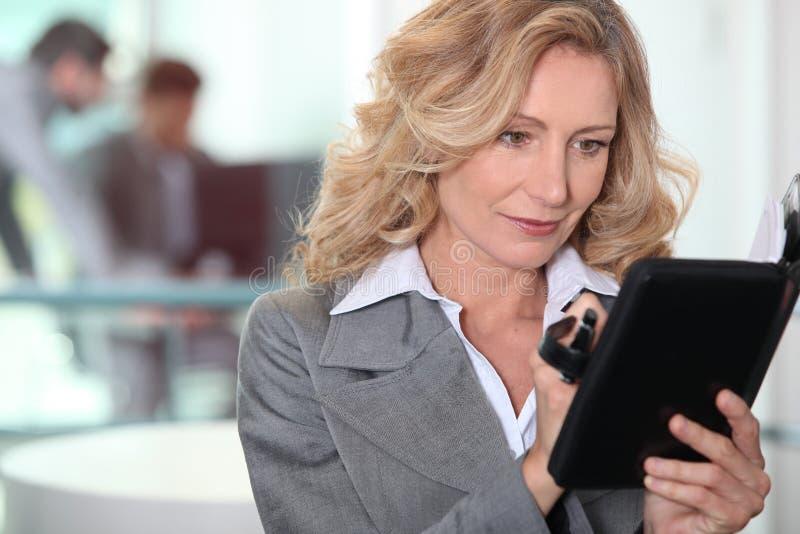 Женщина, котор стоят с дневником стоковое фото rf