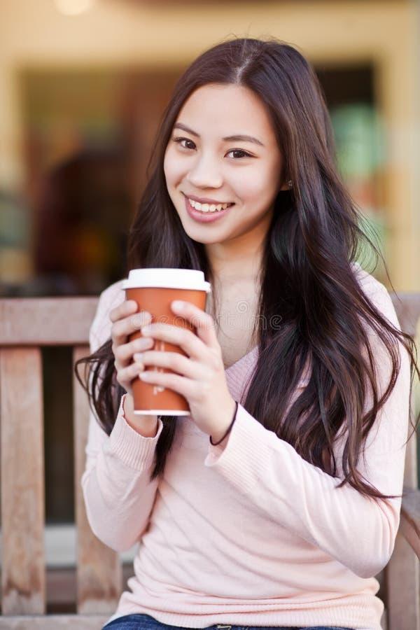 женщина кофе выпивая стоковое фото rf