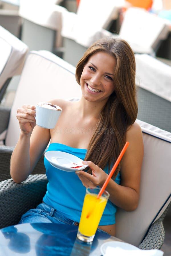 женщина кофе выпивая стоковые изображения rf
