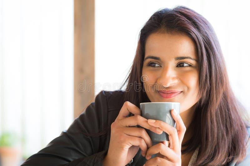 Женщина кофе оскала стоковое фото rf