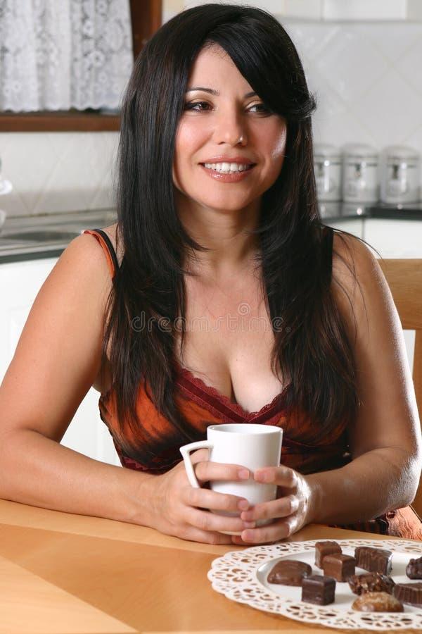 женщина кофе ослабляя стоковая фотография rf