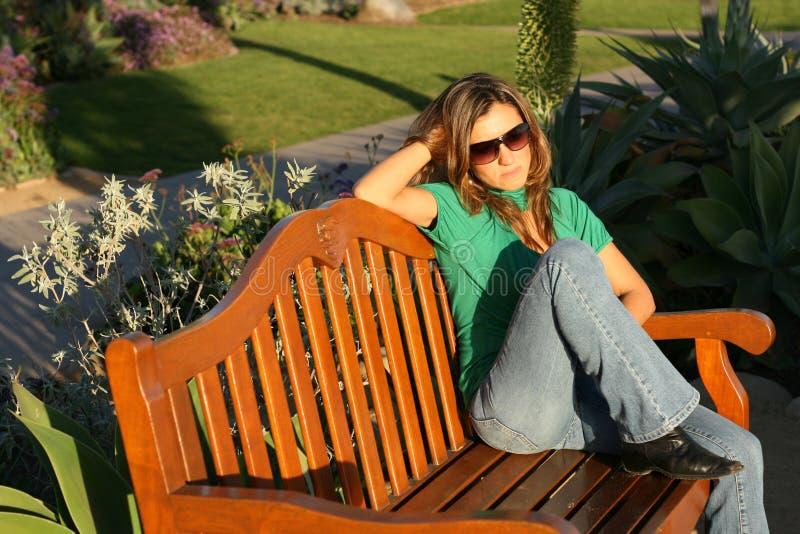 женщина красивейшего горизонтального парка стоковая фотография