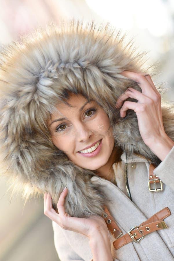 женщина красивейшего клобука шерсти нося стоковая фотография rf