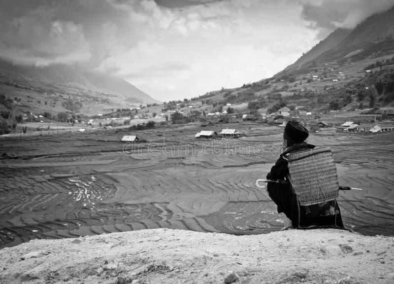 женщина красивейшего ландшафта традиционная наблюдая стоковая фотография rf