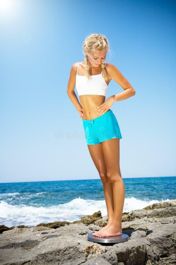 женщина красивейшего маштаба сь стоящая стоковое изображение rf