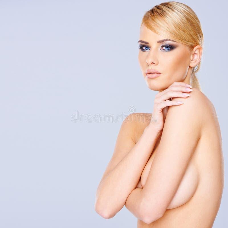 Download Женщина красивейшего обнажённого белокурая Стоковое Изображение - изображение насчитывающей счастливо, шикарно: 37930519