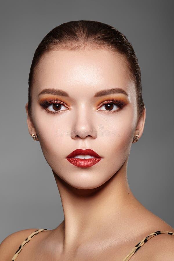женщина красивейшего состава профессиональная Макияж глаза золота партии, идеальные брови, светит коже Яркий взгляд моды стоковое фото