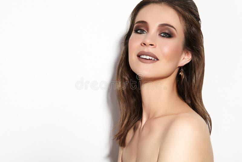 женщина красивейшего состава профессиональная Отпразднуйте макияж глаза стиля, идеальные брови, посветите коже Яркий взгляд моды стоковое фото rf