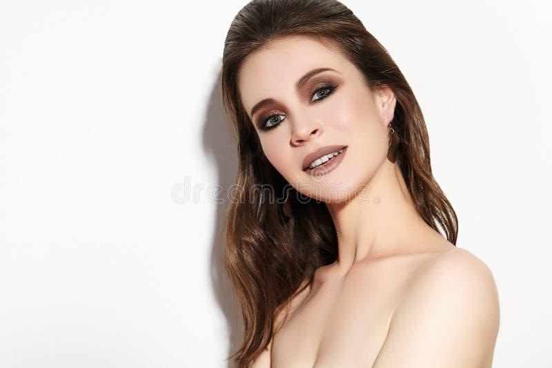 женщина красивейшего состава профессиональная Отпразднуйте макияж глаза стиля, идеальные брови, посветите коже Яркий взгляд моды стоковые фотографии rf