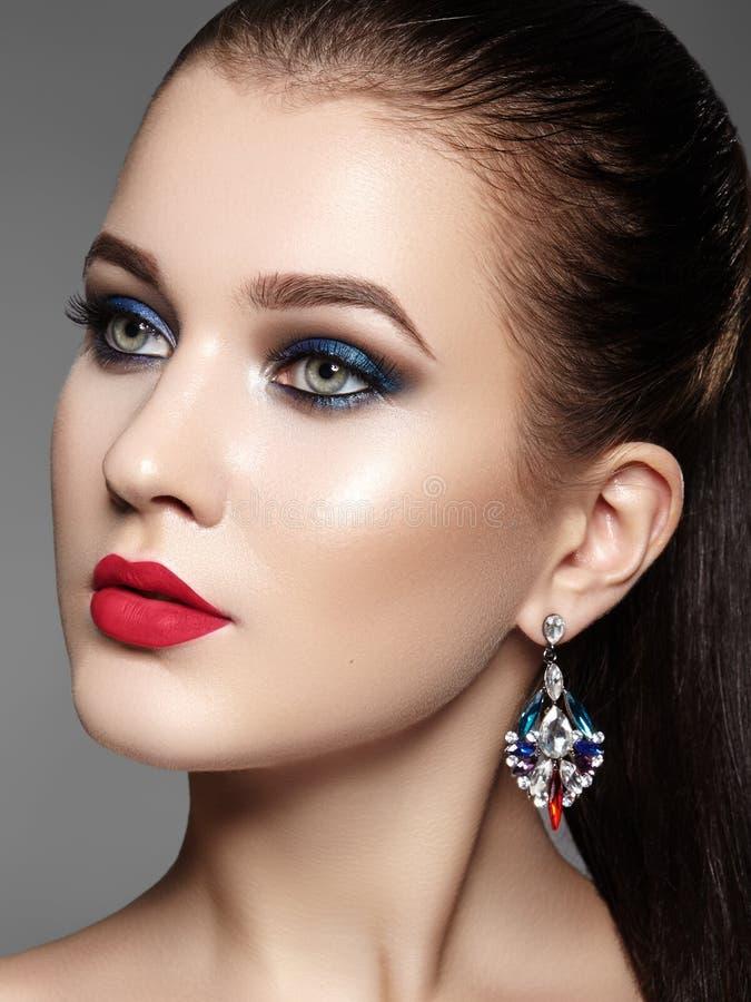 женщина красивейшего состава профессиональная Отпразднуйте макияж глаза стиля, идеальные брови, посветите коже Яркий взгляд моды стоковые изображения