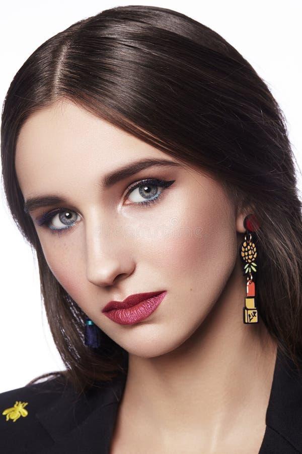 женщина красивейшего состава профессиональная Отпразднуйте макияж глаза стиля, идеальные брови, посветите коже Яркий взгляд моды стоковая фотография