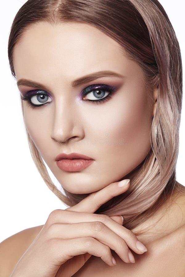 женщина красивейшего состава профессиональная Отпразднуйте макияж глаза стиля, идеальные брови, посветите коже Яркий взгляд моды стоковые фото