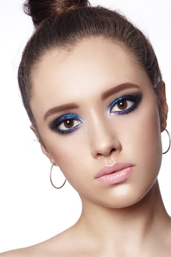 женщина красивейшего состава профессиональная Отпразднуйте макияж глаза стиля, идеальные брови, посветите коже Яркий взгляд моды стоковое изображение rf