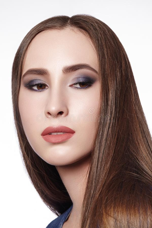 женщина красивейшего состава профессиональная Отпразднуйте макияж глаза стиля, идеальные брови, посветите коже Яркий взгляд моды стоковая фотография rf
