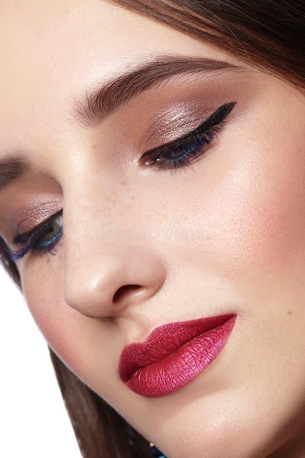 женщина красивейшего состава профессиональная Отпразднуйте макияж глаза стиля, идеальные брови, посветите коже Яркий взгляд моды стоковое изображение
