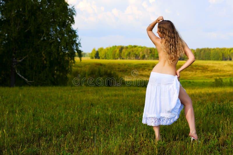 женщина красивейшей природы ослабляя стоковое изображение rf