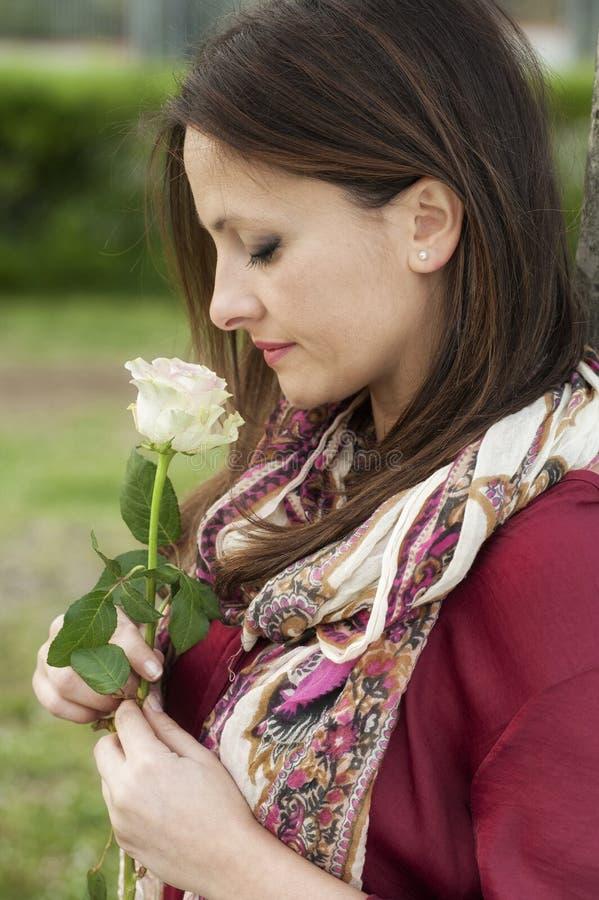 женщина красивейшей розы белая стоковая фотография