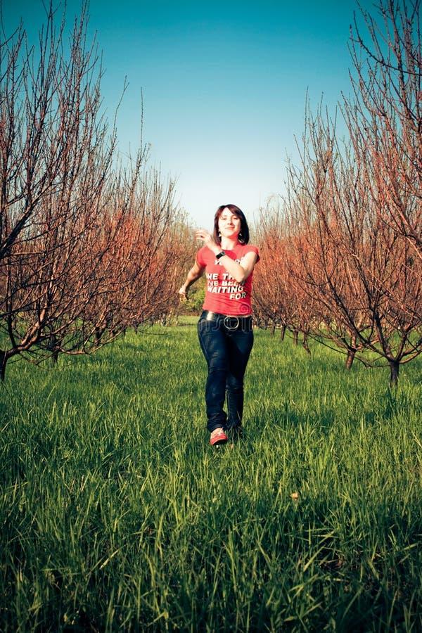 женщина красивейшей травы идущая стоковые фотографии rf
