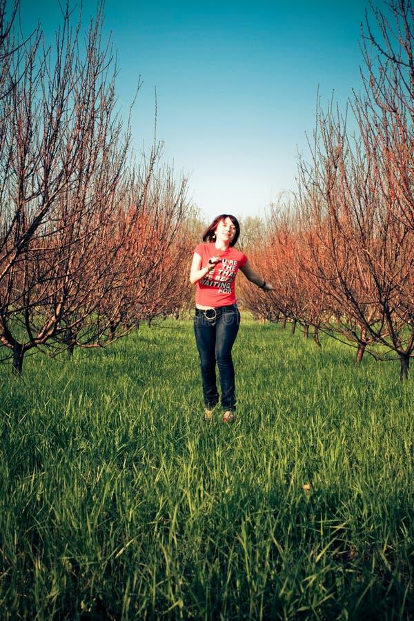 женщина красивейшей травы идущая стоковое изображение