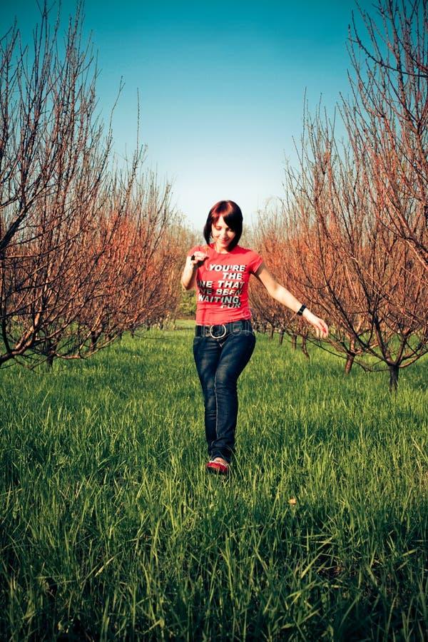 женщина красивейшей травы идущая стоковая фотография