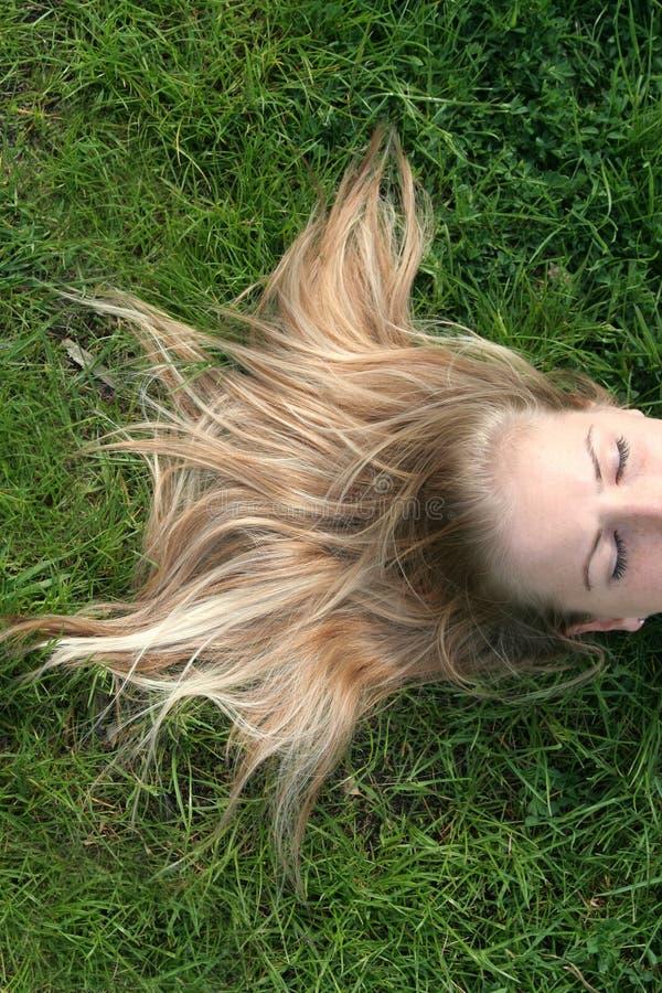 женщина красивейшей травы лежа стоковое фото rf