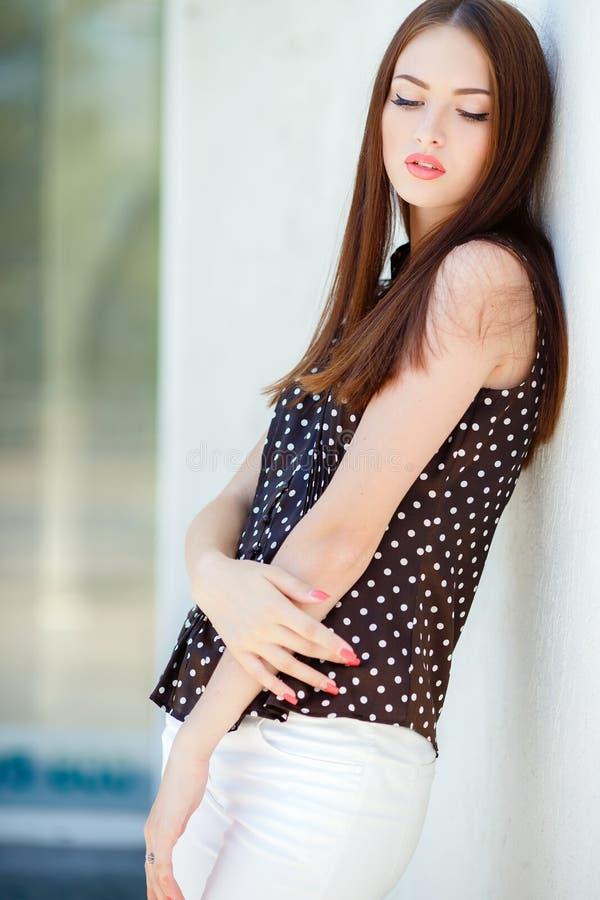 женщина красивейших коричневых волос длинняя стоковое фото rf