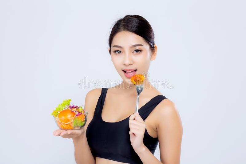 Женщина красивого портрета молодая азиатская усмехаясь держащ еду овоща салата на белой предпосылке стоковые изображения