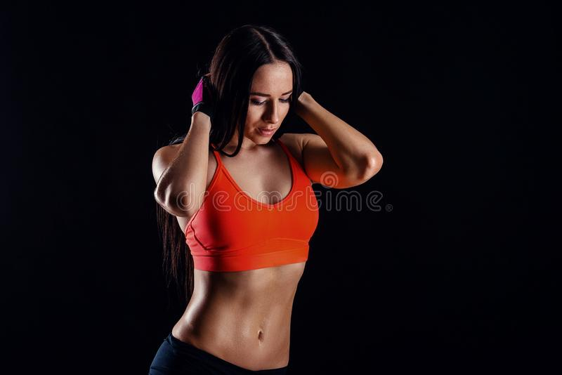 Женщина красивого фитнеса сексуальная тонкая в activewear представляя над черной предпосылкой задний взгляд стоковое изображение rf