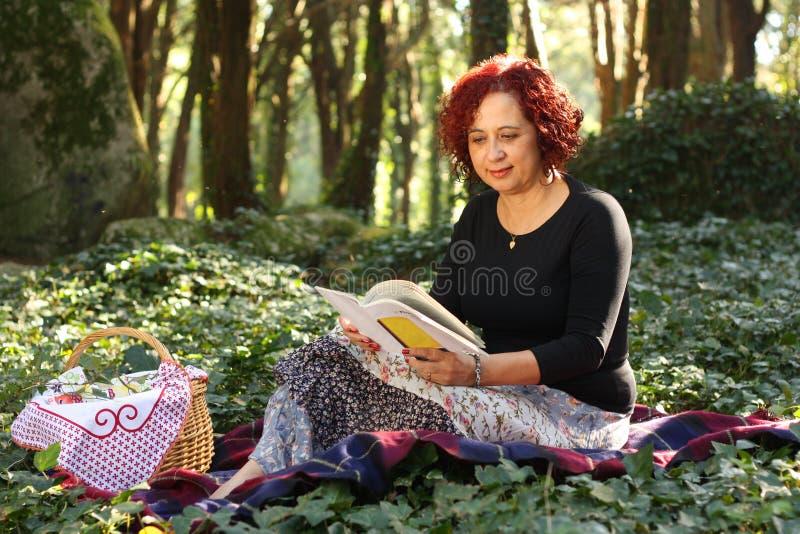 женщина красного цвета волос зеленого цвета пущи стоковая фотография
