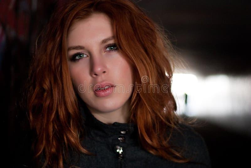 женщина красного цвета волос стоковая фотография rf