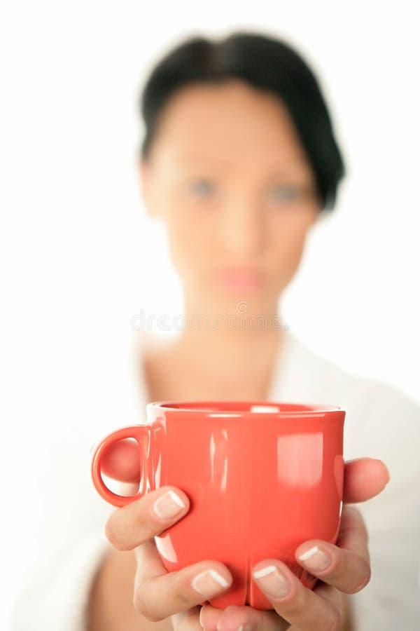 женщина красного цвета кружки удерживания стоковые изображения rf