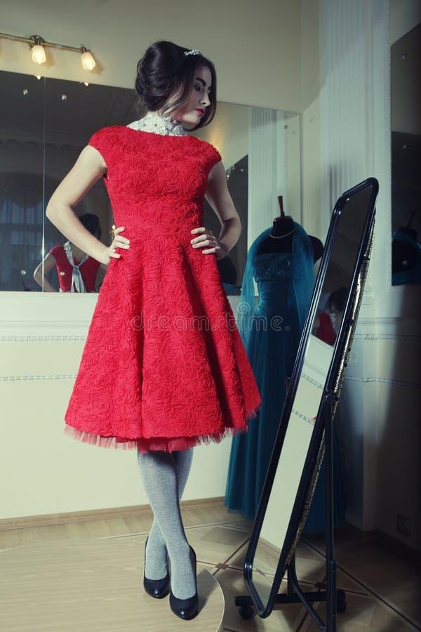 женщина красного цвета платья стоковые фотографии rf