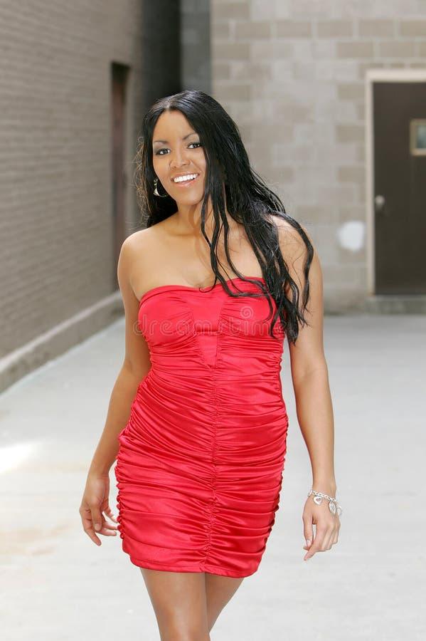 женщина красного цвета платья стоковые изображения
