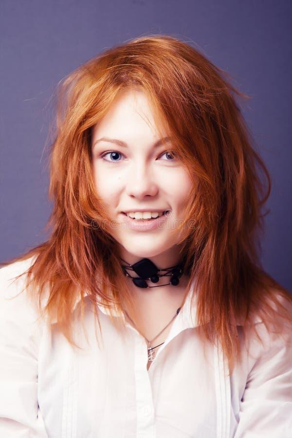 женщина красного цвета портрета волос стоковая фотография
