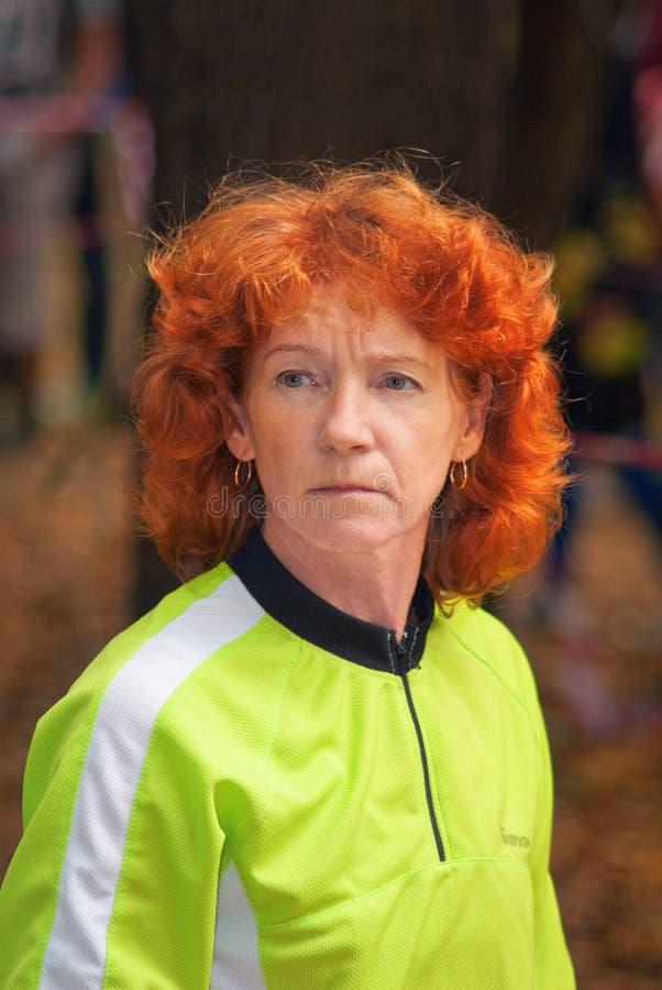 женщина красного цвета портрета волос стоковые изображения rf