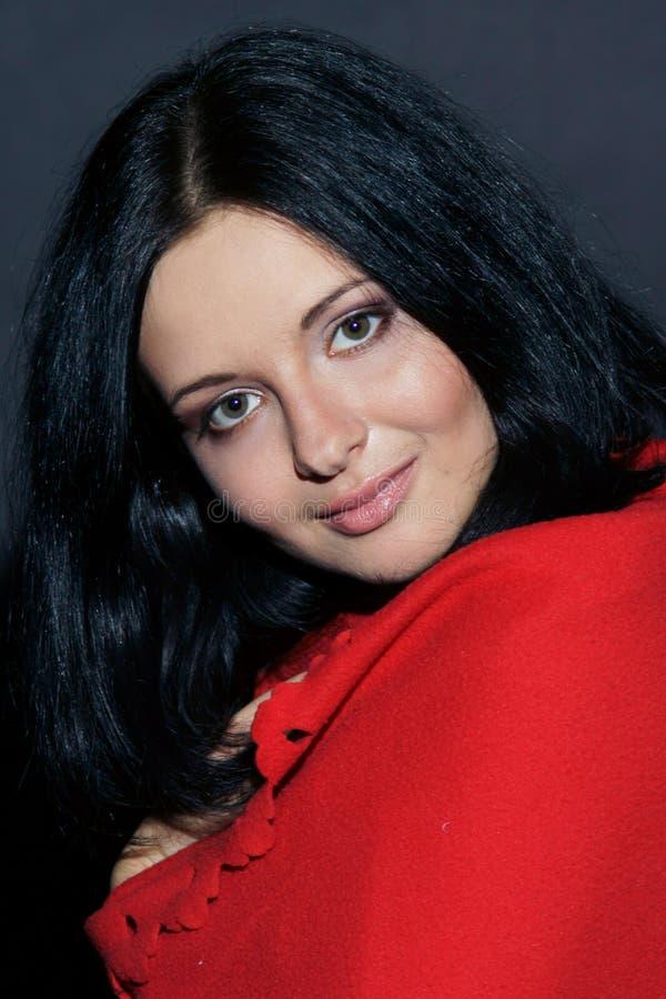 женщина красного цвета портрета одеяла стоковое изображение rf