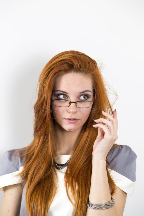 женщина красной весны портрета волос девушки способа принципиальной схемы стоковая фотография