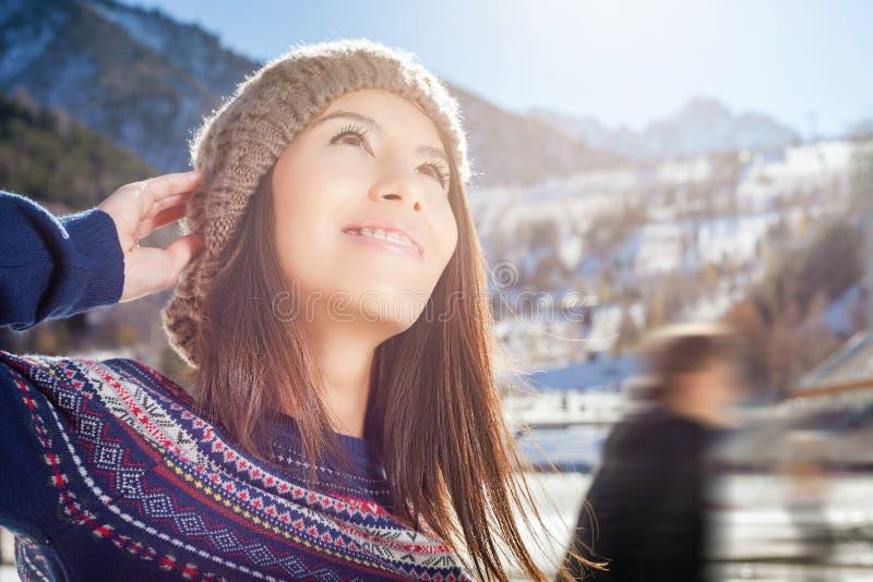 Женщина красоты азиатская идя к катанию на коньках внешнему стоковые изображения