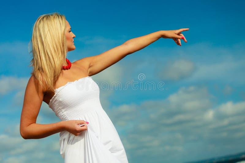 Женщина красоты белокурая указывая к небу стоковая фотография