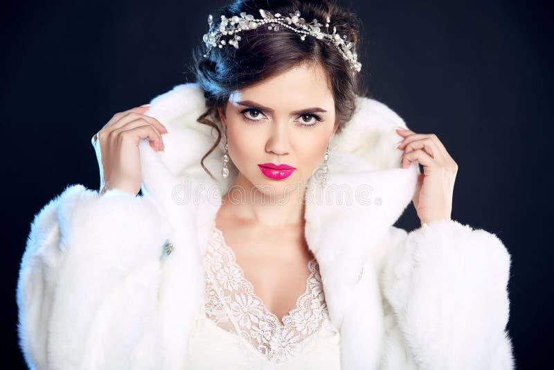Женщина красоты зимы элегантная в белой меховой шыбе Por фотомодели стоковые изображения rf