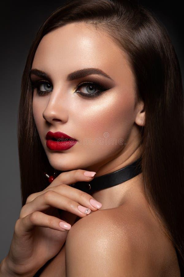 Женщина красоты модельная с длинными волосами Брайна стоковое фото rf