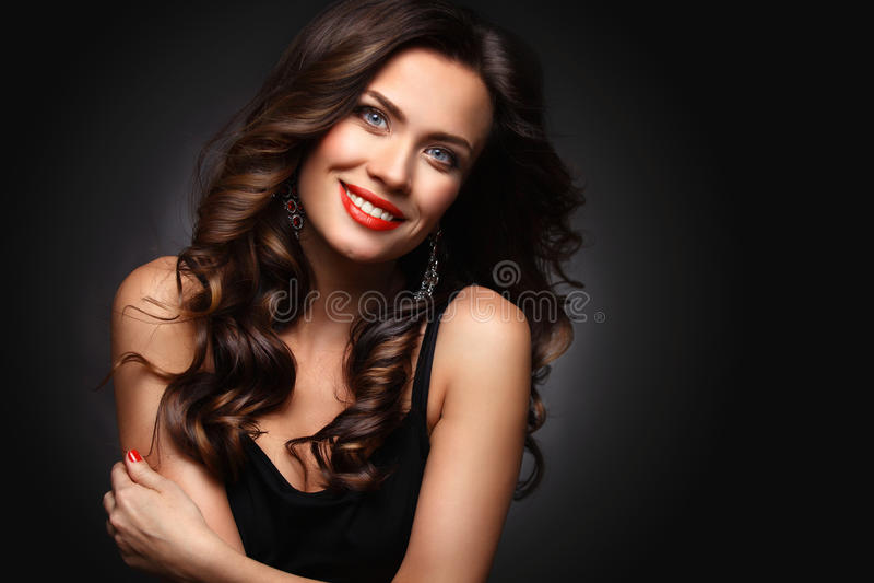 Женщина красоты модельная с длинными волосами Брайна волнистыми Здоровые волосы и красивый профессиональный состав Красные губы и стоковое фото rf