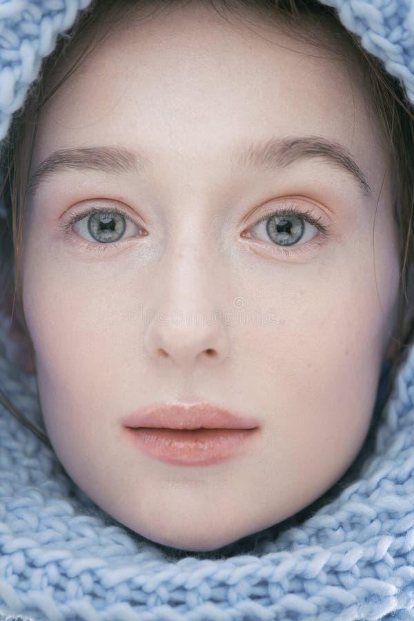 Женщина красоты молодая белокурая в конце шарфа вверх стоковая фотография rf