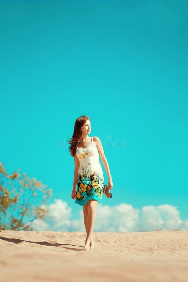 Женщина красоты на пляже Стильная красивая молодая усмехаясь девушка стоковые фото