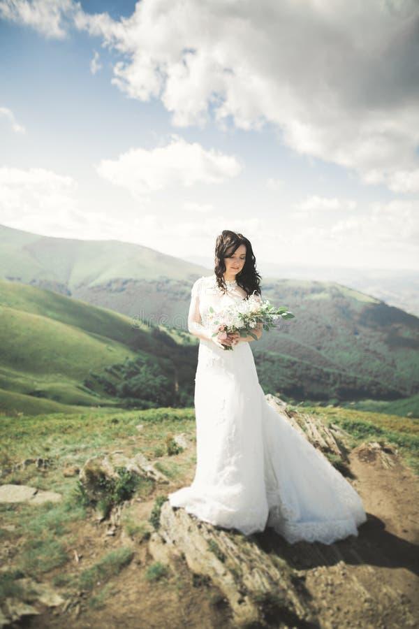 Платье белое в горах