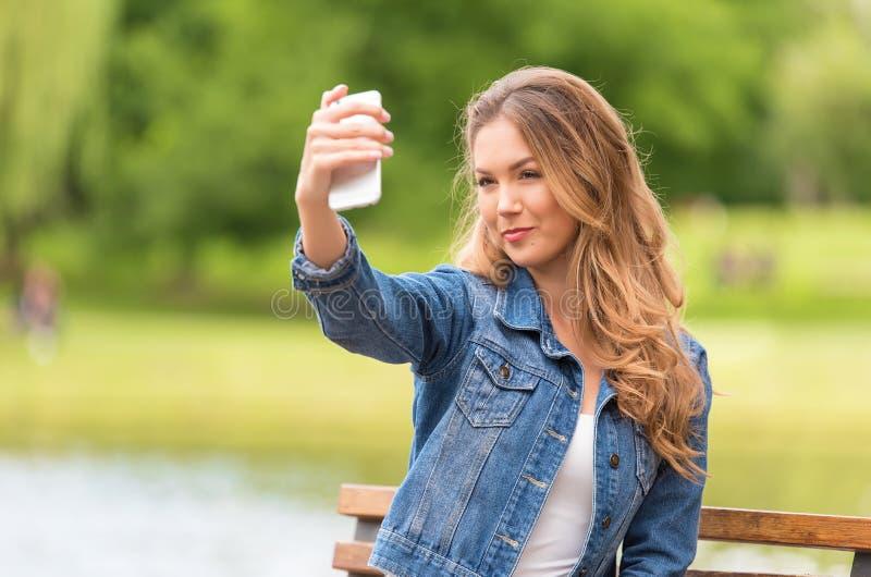 Женщина красоты принимая selfie с ее телефоном в природе стоковая фотография rf